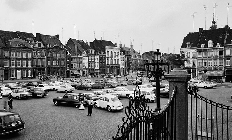 In 1969 staat de parkeerbeambte er nog, voor de Citroën DS en de Kever.